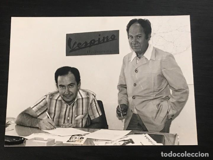 MOTO VESPA VESPINO DIRECTIVOS FIRMANDO POSIBLE VOLTA CATALUÑA CATALUNYA - FOTO ORIGINAL (Coches y Motocicletas Antiguas y Clásicas - Catálogos, Publicidad y Libros de mecánica)