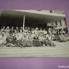 Catálogos publicitarios: ANTIGUA FOTOGRAFÍA MUCHACHAS CON TRAJES TÍPICOS DE GRECIA EN LA BODA REAL DE JUAN CARLOS I Y SOFIA. Lote 222815210