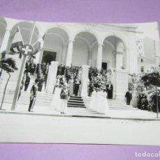 Catálogos publicitarios: ANTIGUA FOTOGRAFÍA ORIGINAL EN LAS ESCALINATAS EN LA BODA REAL DE JUAN CARLOS I Y DOÑA SOFIA. Lote 222818060