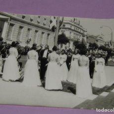 Catálogos publicitarios: ANTIGUA FOTOGRAFÍA ORIGINAL EN LAS ESCALINATAS EN LA BODA REAL DE JUAN CARLOS I Y DOÑA SOFIA. Lote 222819057