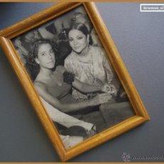 Cine: SARA MONTIEL CON ACTRIZ FRANCESA BERNADETTE LAFONT BONITA FOTO ENMARCADA Y DEDICADA AÑOS 50. Lote 40936126