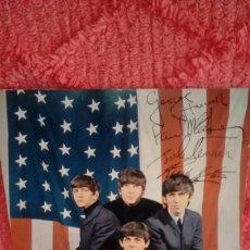 Cine: ANTIGUO CARTEL FOTO DE THE BEATLES CON BANDERA AMERICANA CON AUTOGRAFO IMPRESO. ¡¡ MUY RARO !!. Lote 125246826