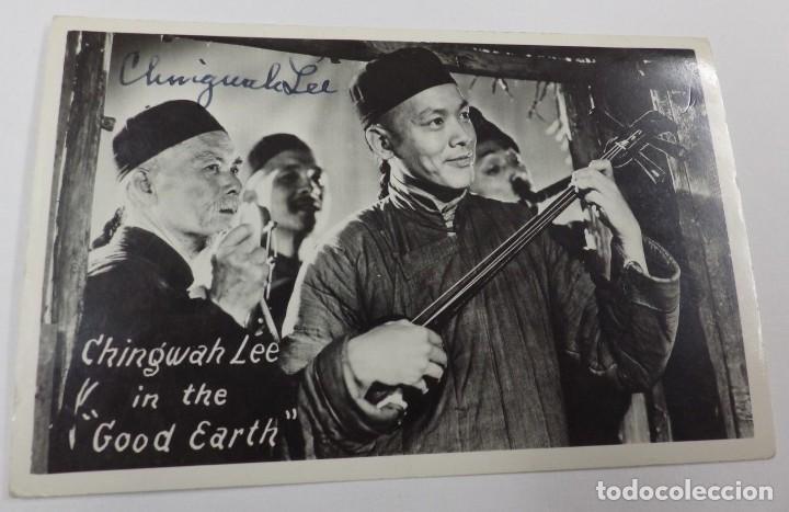 AUTOGRAFO DEL ACTOR CHINO CHINGWAH LEE SOBRE POSTAL CON IMAGEN DE LA PELICULA IN THE GOOD EARTH (Cine - Autógrafos)