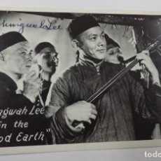 Cine: AUTOGRAFO DEL ACTOR CHINO CHINGWAH LEE SOBRE POSTAL CON IMAGEN DE LA PELICULA IN THE GOOD EARTH. Lote 83475644
