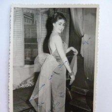 Cine: FOTOGRAFÍA DEDICADA Y FIRMADA POR UNA ACTRIZ. AÑOS 1960 (14 X 9 CM). Lote 137980646