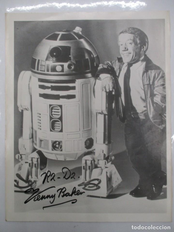 FOTOGRAFIA R2 D2 - KENNY BAKER CON AUTOGRAFO - STAR WARS - GUERRA DE LAS GALAXIAS- CERTIFICACION (Cine - Autógrafos)