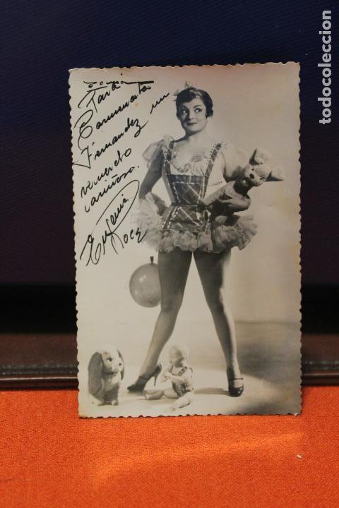 FOTOGRAFIA EUGENIA ROCA, ACTRIZ, CON JUGUETES ANTIGUOS, FIRMADA. AÑOS 60 (Cine - Autógrafos)