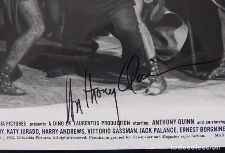 AUTOGRAFO DE ANTHONY QUINN FIRMÓ 8X10 TODAVÍA '62 SIENDO DETENIDO POR GUARDIAS DE BARRABÁS! (Cine - Autógrafos)