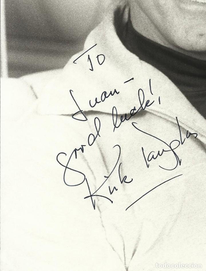 Cine: Kirk Douglas. Autógrafo, firma original en fotografía. Dedicada. 26x21 cm. Good luck. - Foto 2 - 193918332