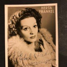 Cine: FOTO CON AUTÓGRAFO DE LA MARIONETISTA HERTA FRANKEL.KAPS Y JOHAM LOS VIENESES 14 X 8,5 CM. Lote 194966282