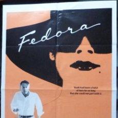 Cine: AUTOGRAFO DE EL DIRECTOR BILLY WILDER FIRMÓ FEDORA 1SH '78 CON UNA GRAN IMAGEN CON WILLIAM HOLDEN!. Lote 287954578