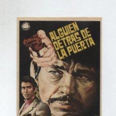 Foglietti di film di film antichi di cinema: ALGUIEN DETRÁS DE LA PUERTA. SENCILLO DE IZARO FILMS. ¡IMPECABLE!. Lote 118258279