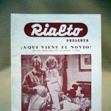 Cine: PROGRAMA DE CINE, FOLLETO DE MANO, RIALTO, AQUI VIENE EL NOVIO. Lote 31873411
