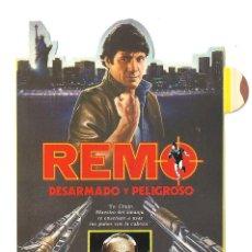 Cine: REMO DESARMADO Y PELIGROSO PROGRAMA ADHESIVO TROQUELADO LAUREN VIDEO GUY HAMILTON FRED WARD. Lote 47426549