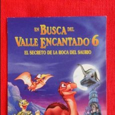 Cine: EN BUSCA DEL VALLE ENCANTADO 6, EL SECRETO DE LA ROCA DEL SAURIO, IMPECABLE PEGATINA. Lote 50464334