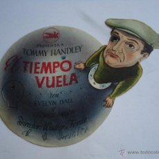 Cine: EL TIEMPO VUELA. TOMMY HANDLEY. TROQUELADO PUBLICIDAD DE CASA DOMÍNGUEZ.,AGRICULTORES.MÁLAGA.ALB. Lote 51895421