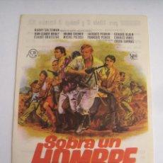 Flyers Publicitaires de films Anciens: SOBRA UN HOMBRE COSTA GAVRAS FOLLETO DE MANO ORIGINAL ESTRENO CON CINE IMPRESO. Lote 71162009
