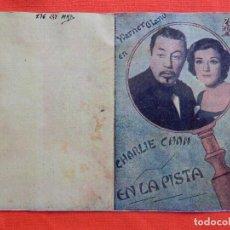 Cine: CHARLIE CHAN EN LA PISTA, IMPECABLE DOBLE FACSIMIL CARTONCILLO, SIN PUBLICIDAD. Lote 128360991