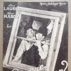 Cine: FOLLETO DE MANO TARJETA - POR QUE TRABAJAR - LAUREL Y HARDY - METRO. Lote 142084826