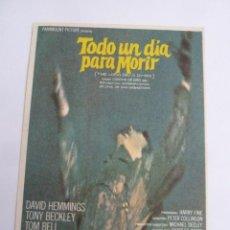 Cine: TODO UN DIA PARA MORIR DAVID HEMMINGS FOLLETO DE MANO ORIGINAL ESTRENO PERFECTO ESTADO. Lote 147720126