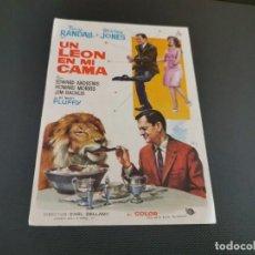 Cine: PROGRAMA DE MANO ORIG - UNA LEON EN MI CAMA - SIN CINE . Lote 169453184