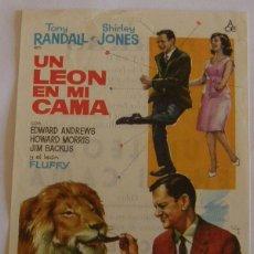 Cine: PROGRAMA DE CINE UN LEON EN MI CAMA. Lote 180251927