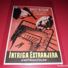 Cine: INTRIGA EXTRANJERA CON ROBERT MITCHUM. PUBLICIDAD AL DORSO. AÑO 1956.. Lote 194971946