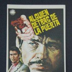 Cine: ALGUIEN DETRAS DE LA PUERTA - AÑO 1970 - FOLLETO - PROGRAMA CINE - DIBUJANTE JANO .. L724. Lote 200154972