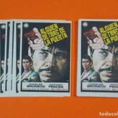 Cine: LOTE DE 100 FOLLETOS PROGRAMA CINE - ALGUIEN DETRAS DE LA PUERTA - AÑO 1970 - DIBUJANTE JANO ..L936. Lote 202680237