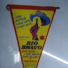 Cine: RIO BRAVO JOHN WAYNE FOLLETO DE MANO TROQUELADO FORMATO BANDERIN EN TELA BIEN CONSERVADO VER FOTOS. Lote 205538718