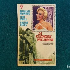Flyers Publicitaires de films Anciens: PROGRAMA DE MANO CINE LA TENTACION VIVE ARRIBA (1965) CON CINE AL DORSO. Lote 223236407