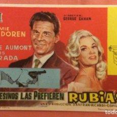 Foglietti di film di film antichi di cinema: FOLLETO DE MANO LOS ASESINOS LAS PREFIEREN RUBIAS. SIN PUBLICIDAD. Lote 225220473
