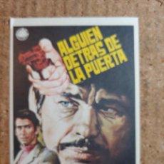 Cine: FOLLETO DE MANO DE LA PELICULA ALGUIEN DETRAS DE LA PUERTA. Lote 243860070