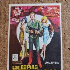 Cine: FOLLETO DE MANO DE LA PELICULA LOS ESPIAS MATAN EN SILENCIO. Lote 243862395