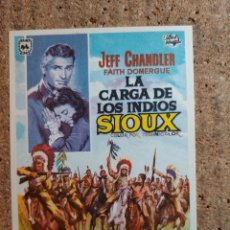 Cine: FOLLETO DE MANO DE LA PELICULA LA CARGA DE LOS INDIOS SIOUX. Lote 243967350