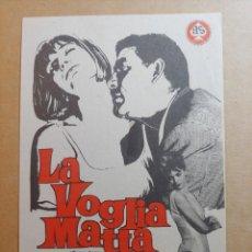 Cine: FOLLETO DE MANO DE LA PELICULA LA VOGLIA MATTA. Lote 245938040