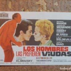 Cine: FOLLETO DE MANO DE LA PELICULA LOS HOMBRES LAS PREFIEREN VIUDAS. Lote 253943180