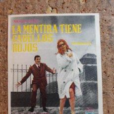 Cine: FOLLETO DE MANO DE LA PELÍCULA LA MENTIRA TIENE CABELLOS ROJOS. Lote 257595565
