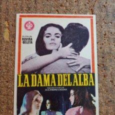 Cine: FOLLETO DE MANO DE LA PELICULA LA DAMA DEL ALBA. Lote 257597265