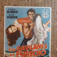 Cine: FOLLETO DE MANO DE LA PELÍCULA LOS GAVILANES DEL ESTRECHO CON PUBLICIDAD. Lote 261920120