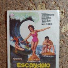 Cine: FOLLETO DE MANO DE LA PELICULA ESCANDALO EN LA PLAYA CON PIBLICIDAD. Lote 296795198