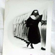 Cine: FOTO ORIGINAL PELÍCULA SISTER ACT UNA MONJA DE CUIDADO WHOOPI GOLDBERG 1992 25,5 CM X 20,5 CM. Lote 5700123