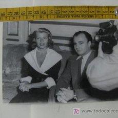 Cine: PRECIOSA FOTO DE RITA HAYWORTH CON ALI KHAN 1952. Lote 10150985