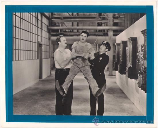 F28136D CHARLES CHAPLIN TIEMPOS MODERNOS FOTO B/N ORIGINAL AMERICANA (Cine - Fotos y Postales de Actores y Actrices)