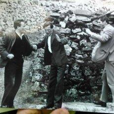 Cine: LIAM NEESON Y TOM BELL EN EL RODAJE DE THE INNOCENT, 1985. FOTOGRAFIA ORIGINAL, 25*14 APROX. Lote 48658503