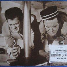 Cine: CON FALDAS Y A LO LOCO. TONY CURTIS. JACK LEMON. FOTOGRAFÍA PARA CARTELERA. Lote 55060775