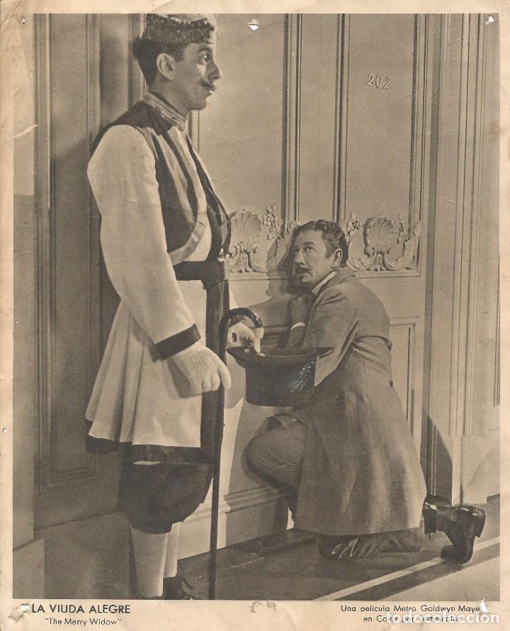FOTO ORIGINAL PELICULA LA VIUDA ALEGRE CARTEL CARTELERA DE CINE METRO GOLDWYN MAYER 24 X 19 CM (Cine - Fotos y Postales de Actores y Actrices)
