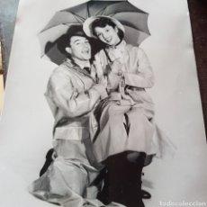 Cine: FOTO DE GENE KELLY Y DEBBIE REYNOLDS EN CANTANDO BAJO LA LLUVIA. Lote 95961990