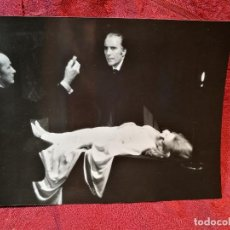 Cine: FOTO-PROMO.PROMOCIONAL B/N---.24 X 18- THE SATANIC RITES OF DRACULA--TERROR- CHRISTOPHER LEE. Lote 126399227