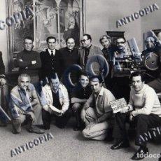 Cine: FOTO ORIGINAL DEL EQUIPO DE TECNICOS DEL DOCUMENTAL ''EL MUSEO DEL PRADO'' 1980 DE JACINTO MOLINA. Lote 136749566